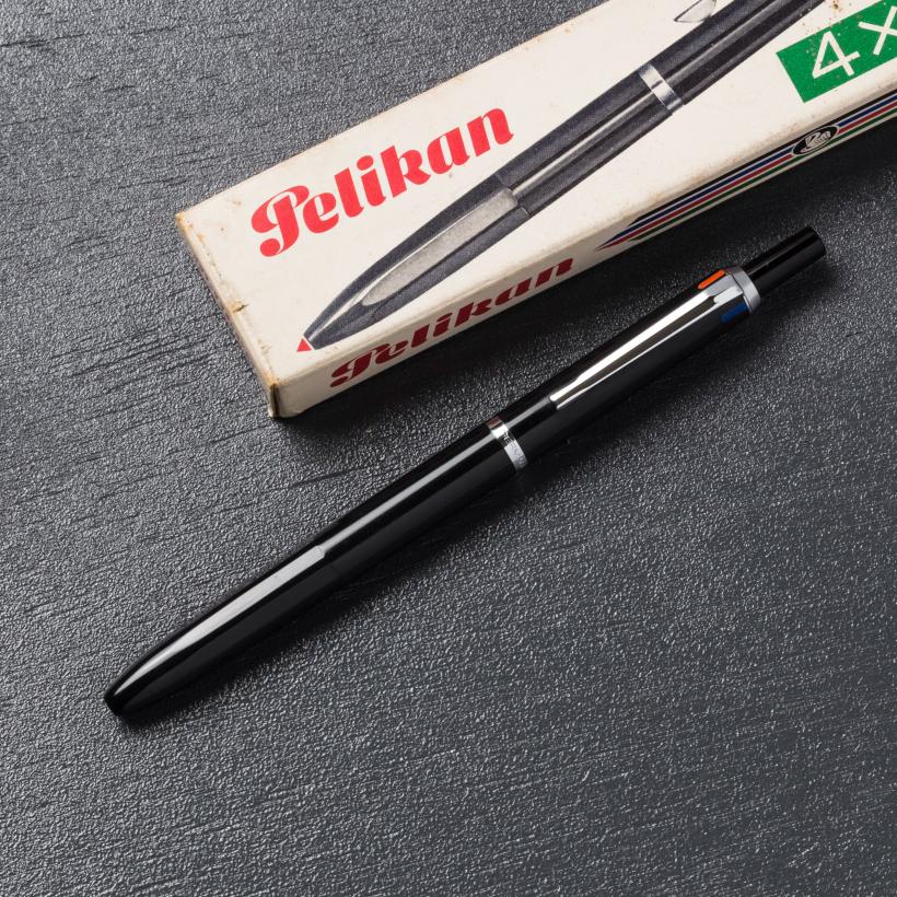 デザインと機能を持ち合わせた4色ボールペン
