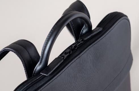 内装、金具もすべてブラックのデルフォニックス別注・オールブラックのTRION(トライオン)ビジネスバッグ